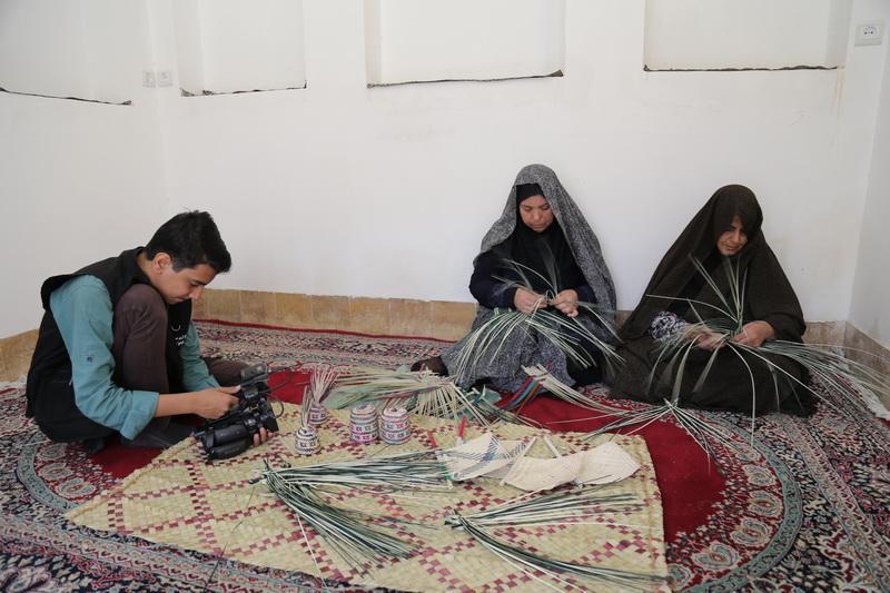 نهادینه کردن صنایع دستی حصیری و آموزش در بین بچه ها و نوجوانان بافقی